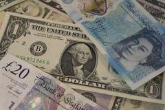 Hög av amerikansk och brittisk valuta royaltyfri bild