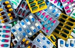 Hög av antibiotiska kapselpreventivpillerar i blåsapackar Medicin för infektionsjukdom Bruk för antibiotisk drog med rimligt royaltyfri foto