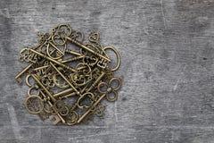 Hög av antika guld- tangenter Royaltyfri Foto