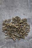 Hög av antika guld- tangenter Arkivfoto