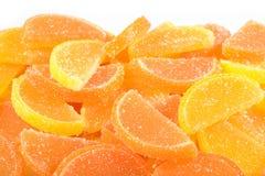 Hög av apelsin- och citrongodisskivor på en vit Arkivbild