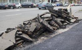 Hög av asfalt på sidan av vägen royaltyfri foto