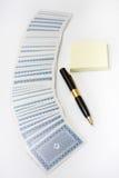 Hög av att spela kort med den svarta blyertspennan och anteckningsboken Fotografering för Bildbyråer