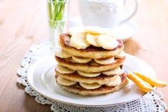 Hög av bananpannkakor Royaltyfri Foto