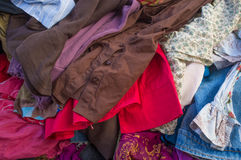 Hög av begagnad kläder Arkivfoton