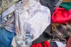 Hög av begagnad kläderbakgrund Fotografering för Bildbyråer