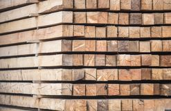 hög av behandlat trä closeup arkivbilder