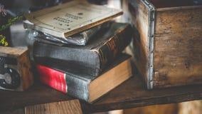 Hög av boken på träskrivbordet arkivfoton