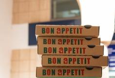 Hög av Bon Appetit askar för pizza Royaltyfri Foto