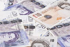 Hög av brittiska pund för pengar Royaltyfri Foto