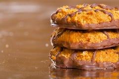 Hög av bruna kakor med chokladremsor på Royaltyfri Fotografi