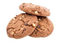 Hög av bruna kakor på vit Arkivbild