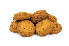 Hög av bruna kakor som isoleras på vit Royaltyfri Fotografi