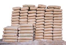 Hög av cement i påsar som staplas trevligt för ett konstruktionsprojekt royaltyfri fotografi