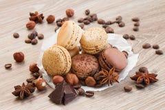 Hög av choklad-, kaffe- och muttermakron arkivbilder