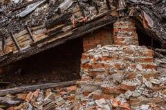 Hög av de röda tegelstenarna som har blivit hemma, efter de förstörs arkivbilder