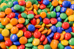 Hög av den färgrika chokladgodisen Arkivfoton