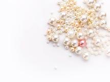 Hög av den färgrika pärlan på vit bakgrund Royaltyfria Bilder