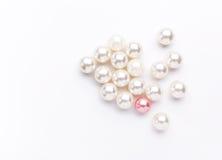 Hög av den färgrika pärlan på vit bakgrund Fotografering för Bildbyråer