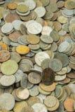 Hög av den gamla smutsiga samlingen av till salu mynt Royaltyfria Bilder