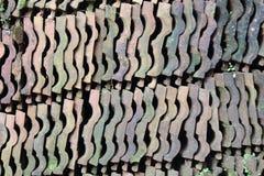 Hög av den gamla taktegelplattan arkivfoto