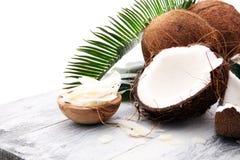 Hög av den Grated kokosnöten på träbakgrund kokosnöten flagar conc fotografering för bildbyråer