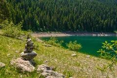 Hög av den near svarta sjön för stenar Fotografering för Bildbyråer