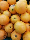 Hög av den nya apelsinen Royaltyfria Bilder