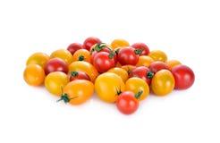 Hög av den nya röda och gula körsbärsröda tomaten på vit bakgrund Arkivfoto