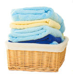 Hög av den tvättade handduken i korg royaltyfria bilder