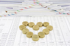 Hög av det guld- myntet som hjärta Royaltyfri Foto