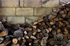 Hög av det högg av vedträt som är förberett för vinter Gammal vedträhögbakgrund arkivbild