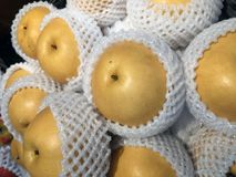 Hög av det kinesiska päronet i det förpackande skumet för vit frukt netto royaltyfri bild