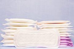 Hög av det sanitära mjuka blocket för menstruation för kvinnahygienskydd Kritiska dagar för kvinna, gynekologisk menstruationcirk Royaltyfri Fotografi