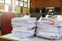 Hög av dokument för oavslutad affär på kontorsskrivbordet, bunt av affärspapper royaltyfria bilder
