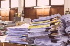 Hög av dokument på skrivbordbunt arkivbild