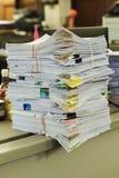 Hög av dokument på skrivbordet Fotografering för Bildbyråer