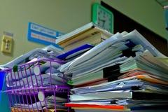 Hög av dokumentet i arbetsplats royaltyfri bild