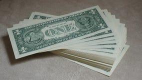 Hög av en kontanta dollar räkningar Arkivfoton