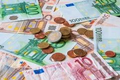 Hög av euro och mynt för affär och finans Arkivbilder
