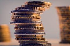Hög av eurocents bank repet för anmärkningen för pengar för fokus hundra för euroeuros fem Arkivfoto