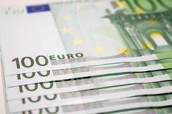 Hög av 100 eurosedlar Arkivfoton