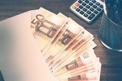 Hög av 50 eurosedlar i det vita kuvertet Finanser och budget Royaltyfri Fotografi