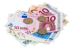 Hög av eurosedlar och mynt Arkivfoton