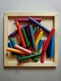 Hög av färgpennor arkivbild