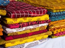 Hög av färgrika Bagh tryckBedsheets av Madhya Pradesh royaltyfri bild