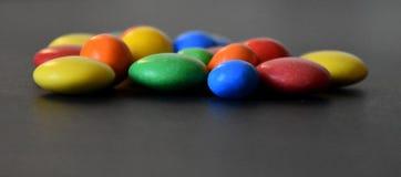 Hög av färgrika söta konfektar Arkivfoto