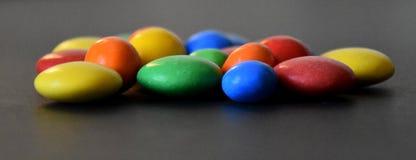 Hög av färgrika söta konfektar Fotografering för Bildbyråer