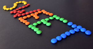 Hög av färgrika söta konfektar Arkivbild
