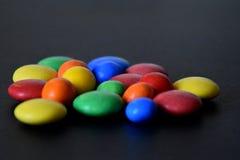 Hög av färgrika söta konfektar Royaltyfria Bilder